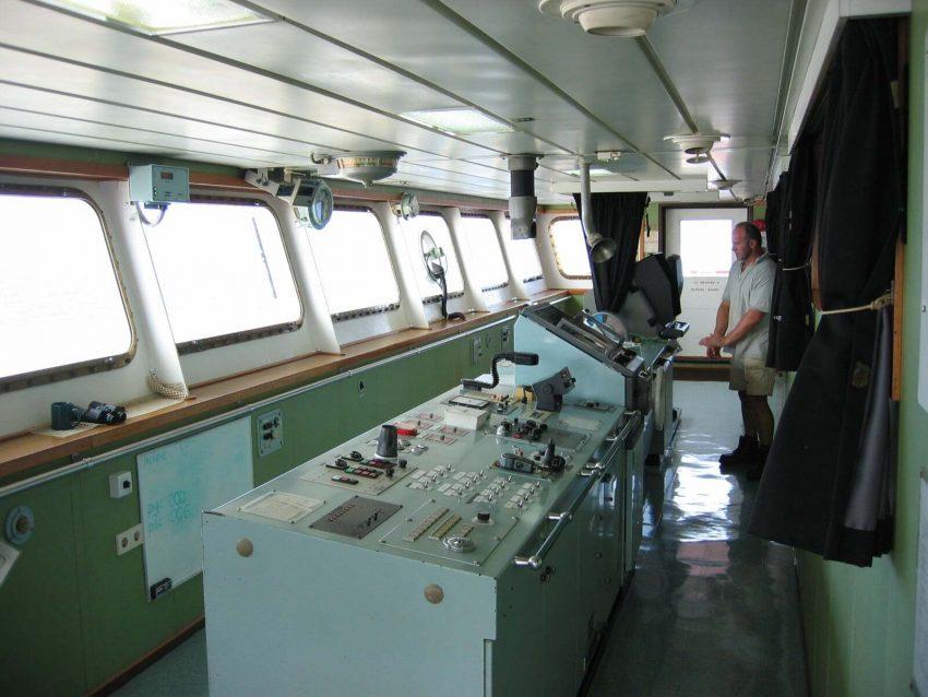 Container-ship-bridge
