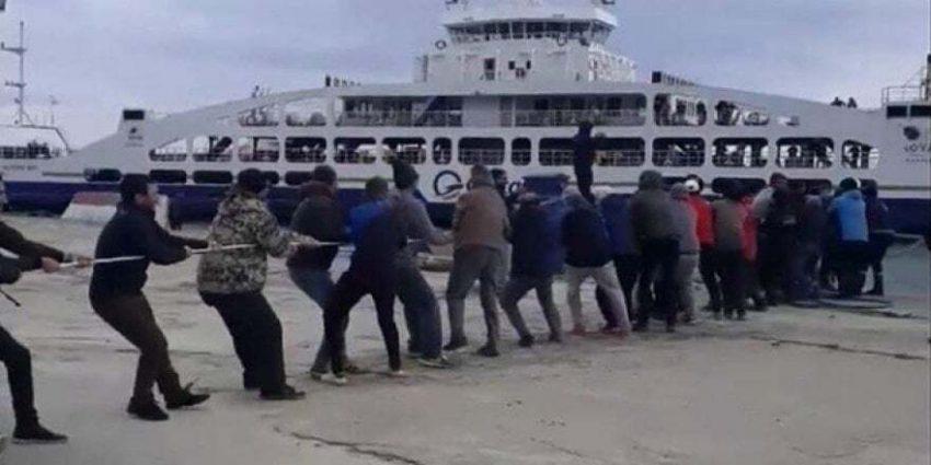 Çanakkale Gökçeada'da bir feribot iskeleye yanaşırken arıza yaptı. Arızalanan feribot, kıyıdaki vatandaşların yardımıyla iskeleye yanaştırıldı.
