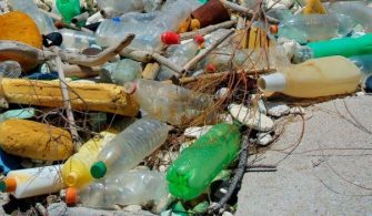 ilginc - deniz kirliliği 335x195 - Denizler ve Okyanuslarda En Çok Plastik Kirliliği Yaratan Şirketler